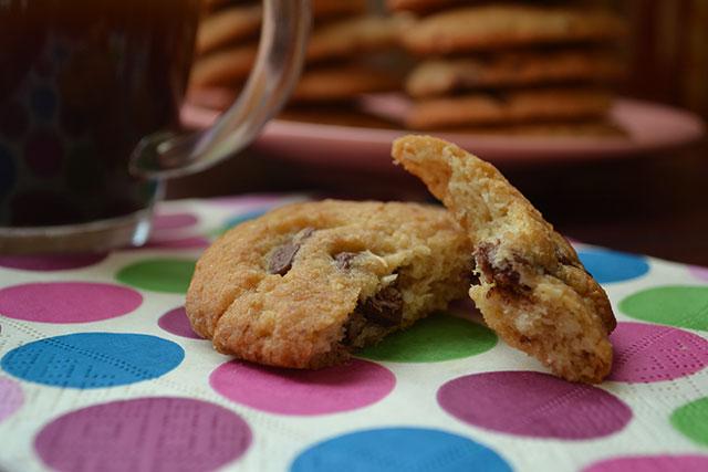 Кокосови сладки с шоколадови парченца
