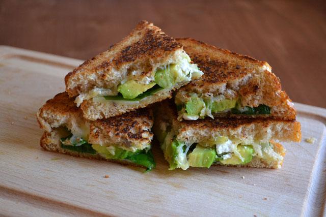 Запечен сандвич със спанак и авокадо